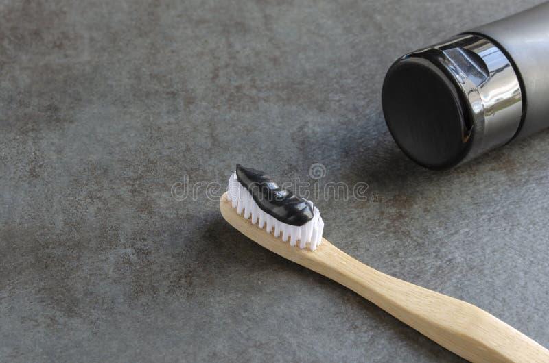 Зубная паста угля на бамбуковой зубной щетке стоковое изображение