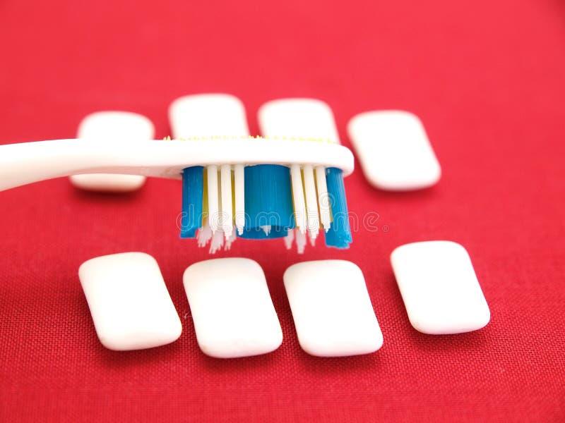 зубная щетка жевательной резины стоковое изображение rf