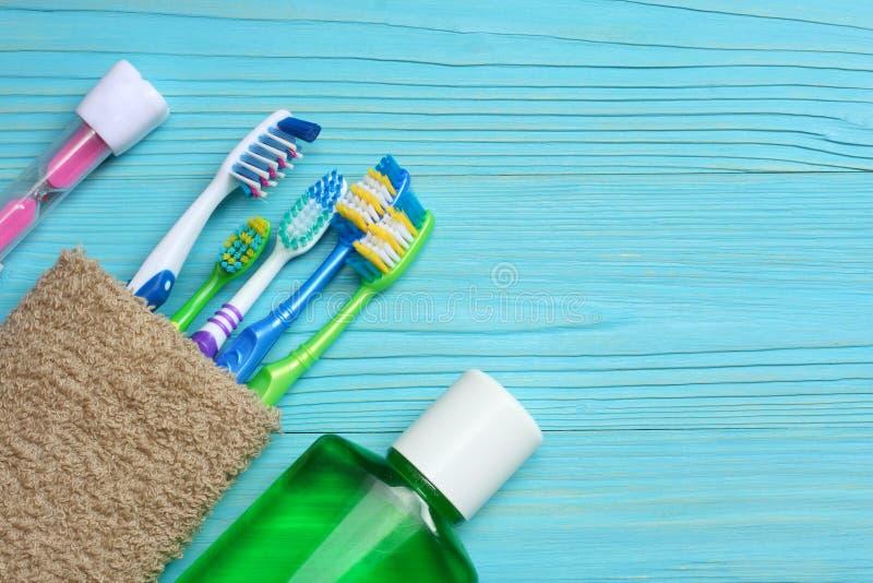 Зубная щетка зубной щетки с полотенцем ванны на деревянном столе Взгляд сверху с космосом экземпляра стоковое изображение