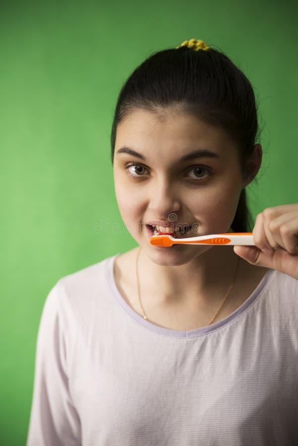 зубная щетка изолированная девушкой стоковое фото rf