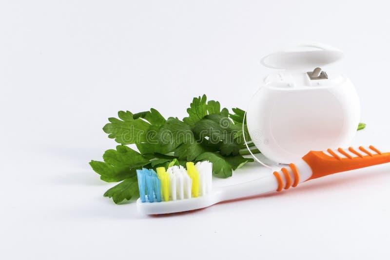 Зубная щетка и зубоврачебная зубочистка на белой предпосылке стоковое фото rf