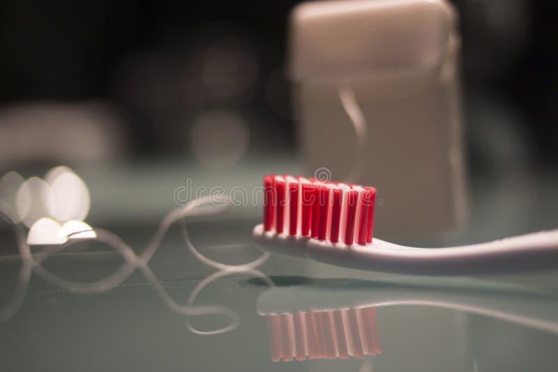 Зубная щетка и зубоврачебной лента гигиены навощенная зубочисткой стоковое изображение rf
