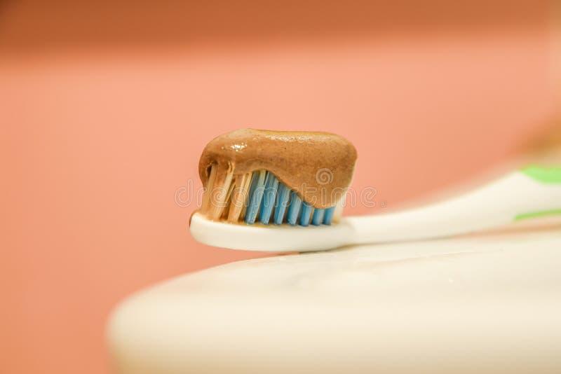 Зубная щетка и зубная паста стоковое изображение