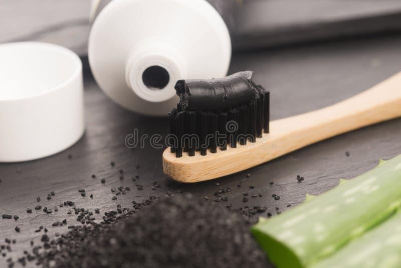 Зубная щетка с черной зубной пастой угля с алоэ vera стоковое фото rf