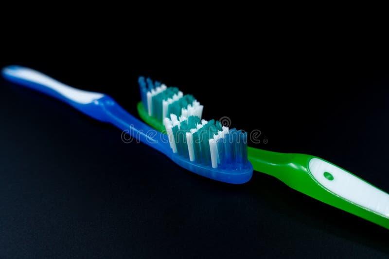 Зубные щетки на черной предпосылке стоковые фотографии rf