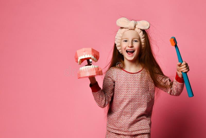 Зубоврачебная гигиена счастливая маленькая милая девушка с зубными щетками стоковая фотография