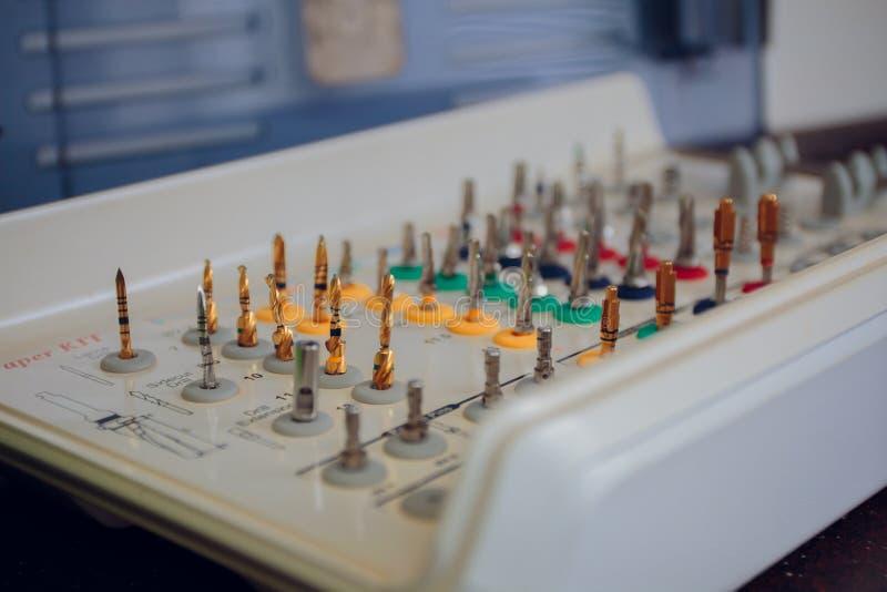 Зубоврачебные аппаратуры конец-вверх, глубина поля стоковое фото rf