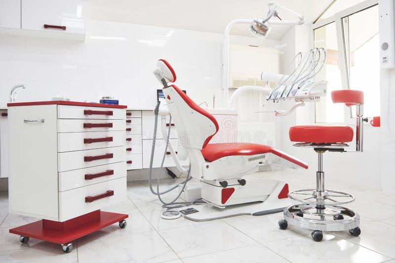 Зубоврачебный интерьер клиники, дизайн со стулом и инструменты Вся мебель в таком же цвете стоковая фотография
