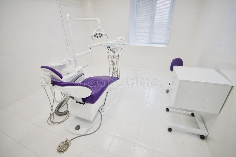 Зубоврачебный интерьер клиники с современным оборудованием зубоврачевания, офисом хирургии стоковые изображения rf