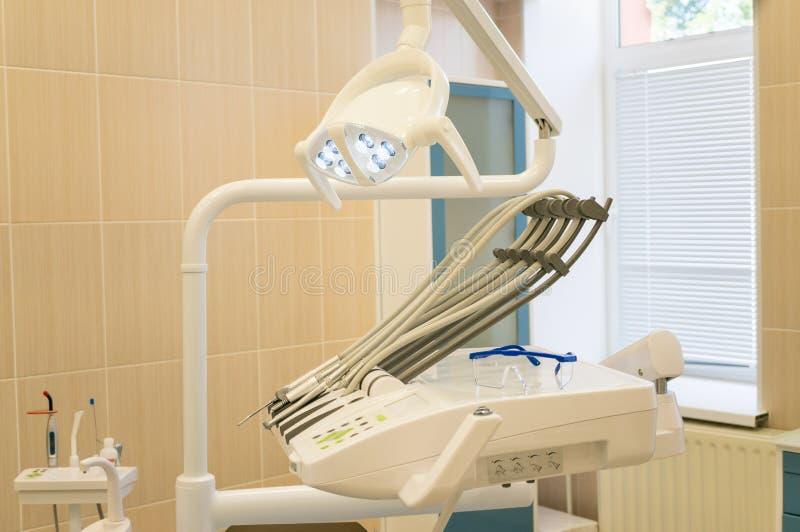 Зубоврачебный офис Зубоврачебный блок и другое оборудование Комфорт и безопасность зубоврачебной обработки стоковые изображения rf