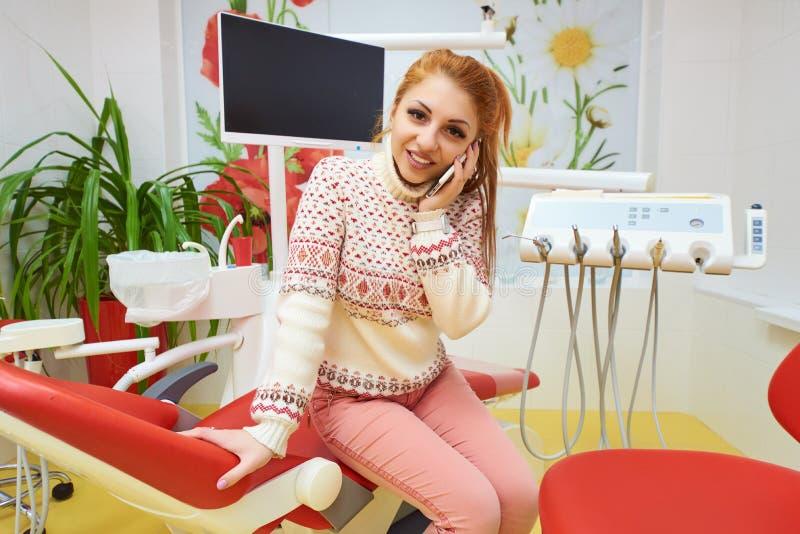 Зубоврачебный офис, зубоврачебная обработка, предохранение здоровья стоковые изображения rf