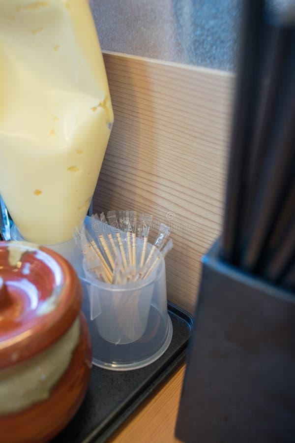 Зубочистки покрытые полиэтиленовым пакетом на японском ресторане стоковое фото