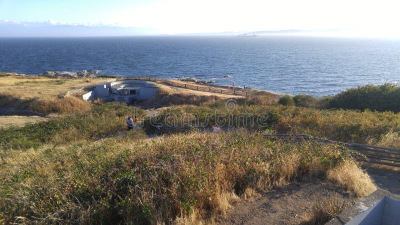 Зубчатые стены WWII на побережье стоковые фотографии rf