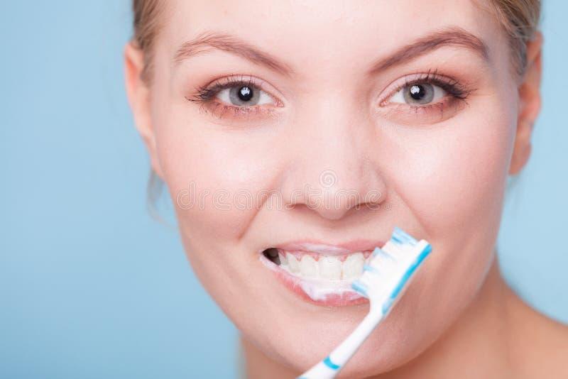 Download Зубы девушки чистя щеткой Зубы зубоврачебной заботы здоровые Стоковое Фото - изображение насчитывающей чисто, усмехаться: 40587642