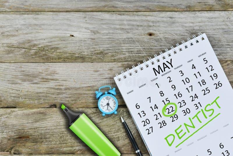 Зубы заботят концепция с напоминанием на календаре для встречи дантиста стоковое изображение rf