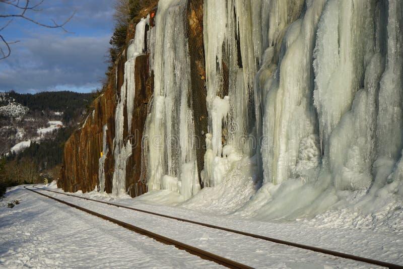 Зубы льда приближают к реке whinter стоковые изображения rf
