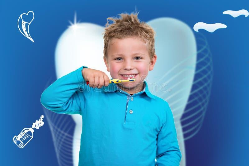 Зубы мальчика чистя щеткой с зубоврачебной предпосылкой стоковая фотография