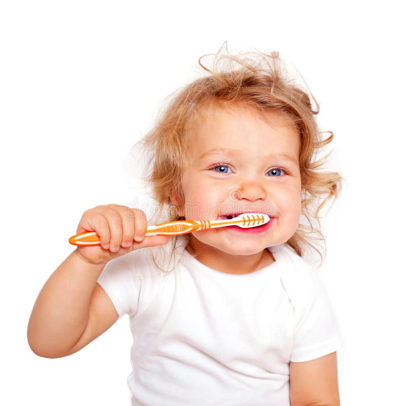 Зубы милого малыша младенца чистя щеткой стоковые изображения