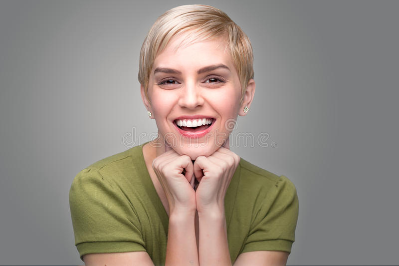 Зубы милой стрижки pixie личности потехи шипучей напитк прелестной современной молодой свежей совершенные усмехаются стоковые фото