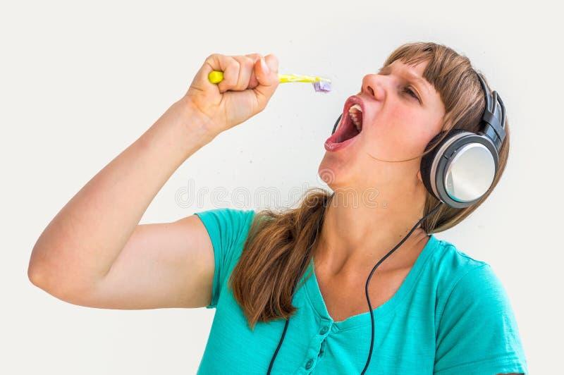 Зубы молодой дамы чистя щеткой в утре стоковые изображения rf