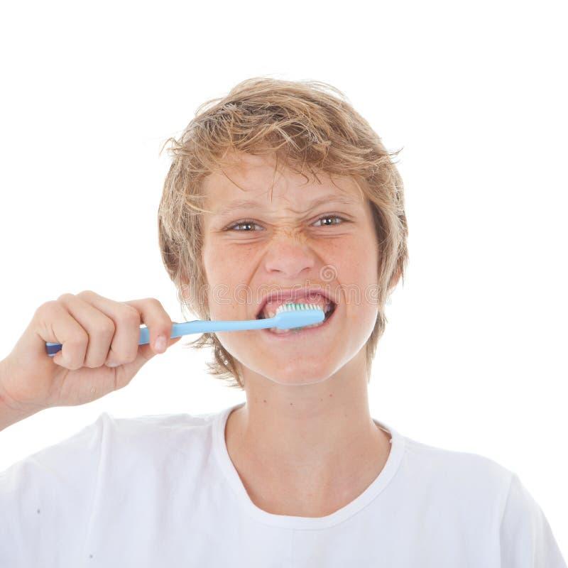 Зубы ребенка чистя щеткой стоковое фото