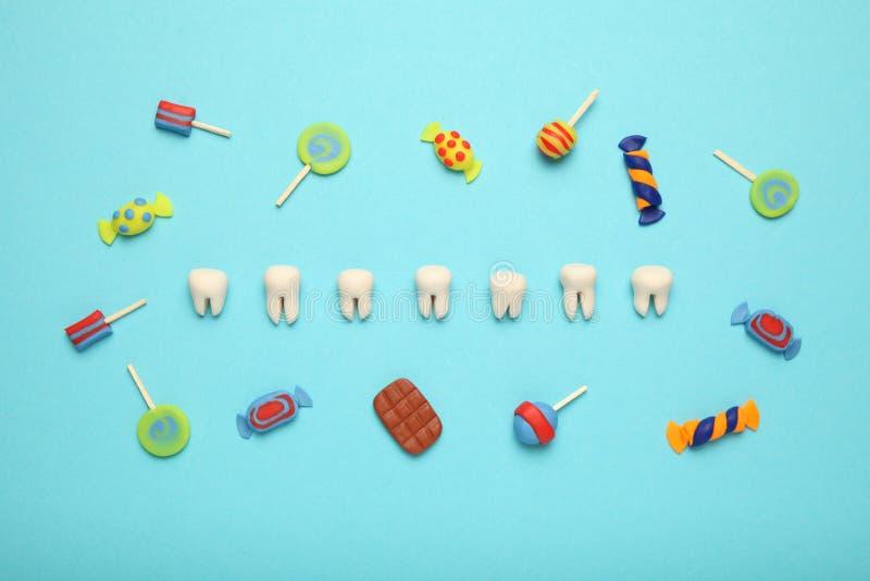 Зубы со сладкими конфетами Костоеда в детях, зубоврачебное здравоохранение зуба стоковая фотография