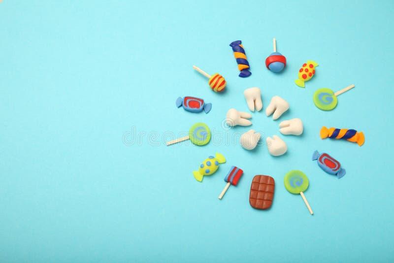 Зубы со сладкими конфетами Костоеда в детях, зубоврачебное здравоохранение зуба стоковая фотография rf