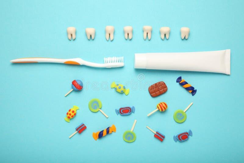 Зубы со сладкими конфетами Костоеда зуба в детях, зубоврачебном здравоохранение, зубной пасте и зубной щетке стоковая фотография rf