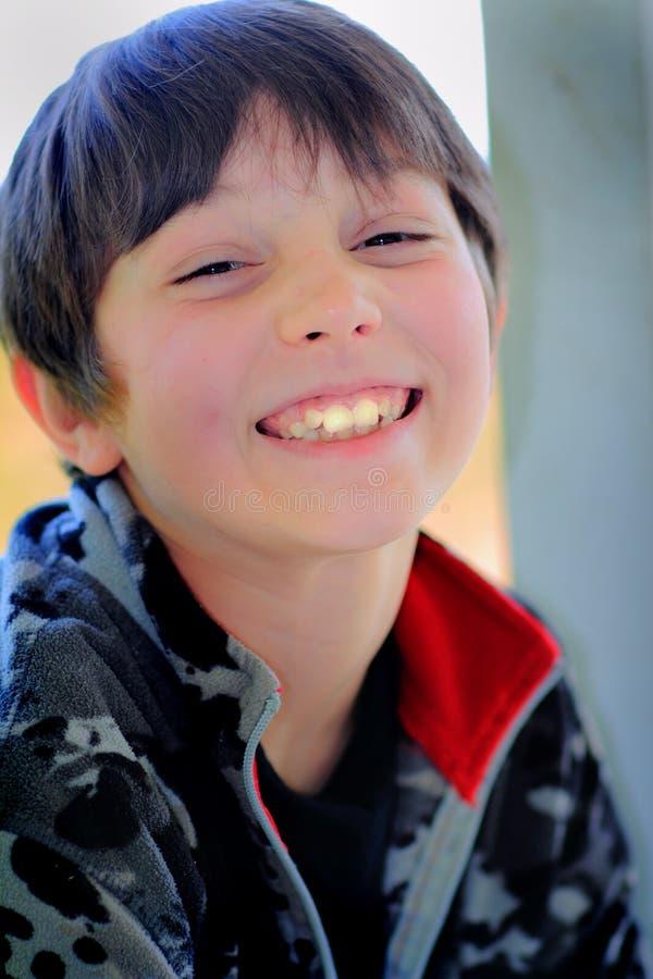 Зубы счастливого мальчика большие стоковые изображения rf