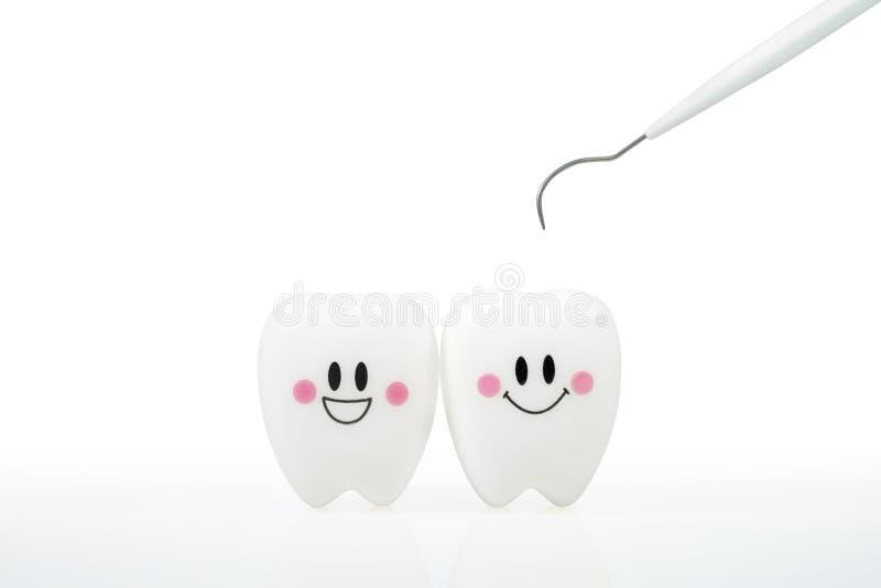 Зубы усмехаются эмоция игрушки с инструментом зубоврачебной металлической пластинкы стоковое изображение rf