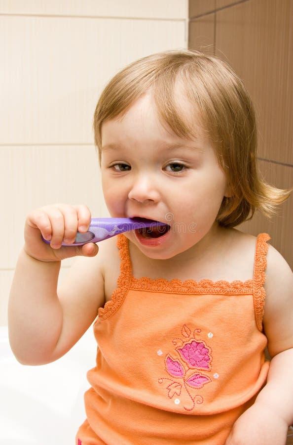 зубы чистки младенца стоковые изображения rf