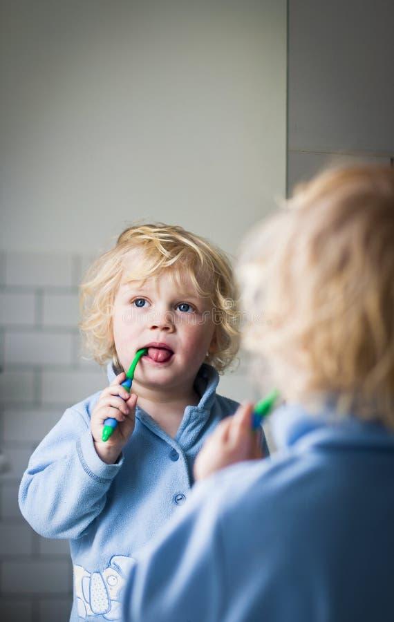 зубы чистки стоковое фото rf