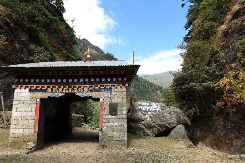 Здание вероисповедания на пути к национальному парку sagarmatha стоковые фото