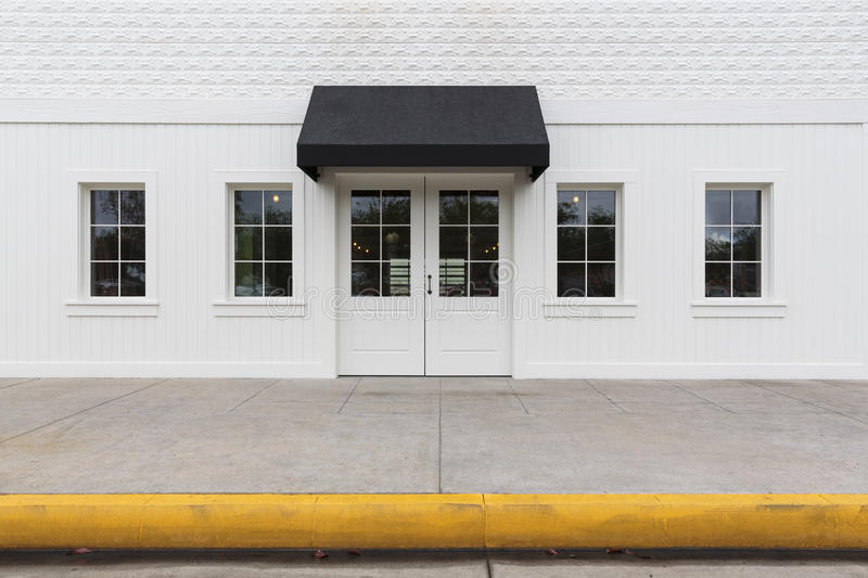 Здание внешней витрины магазина с черным тентом стоковая фотография rf