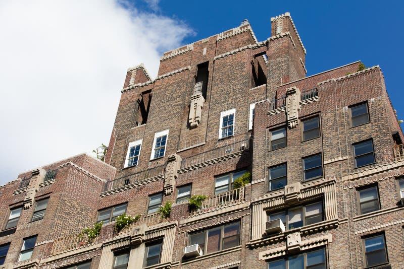 Здание в жилом квартале в Нью-Йорке в ясном дне стоковые фотографии rf