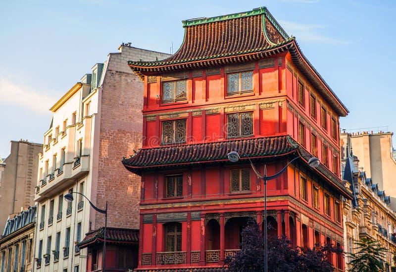 Здание в традиционном старом китайском стиле в центре Парижа стоковое изображение