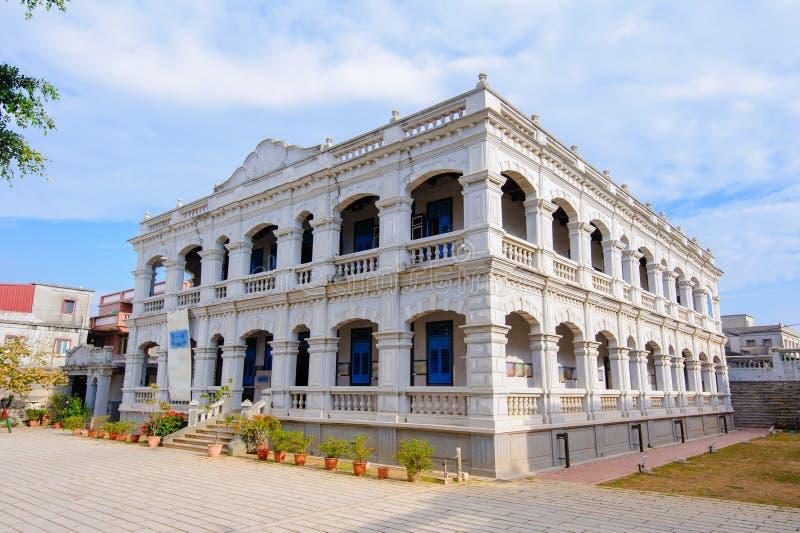 здание Западн-стиля под голубым небом стоковые фотографии rf