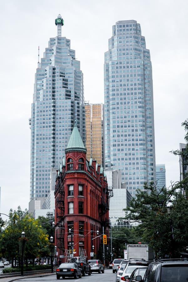 Здание и небоскребы Gooderham в Торонто в осени стоковые фотографии rf