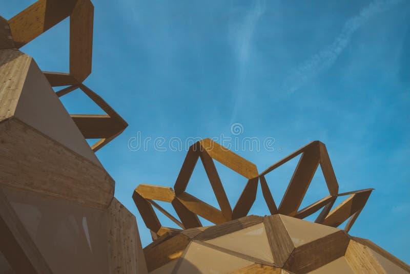 Здание и небо Woody странные стоковое изображение