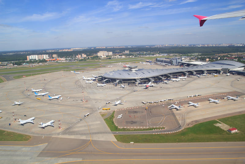 Здание и самолеты авиапорта стоковые изображения rf