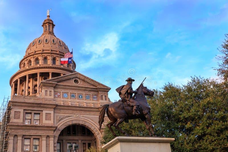 Здание капитолия Техаса с статуей ренджера стоковые изображения