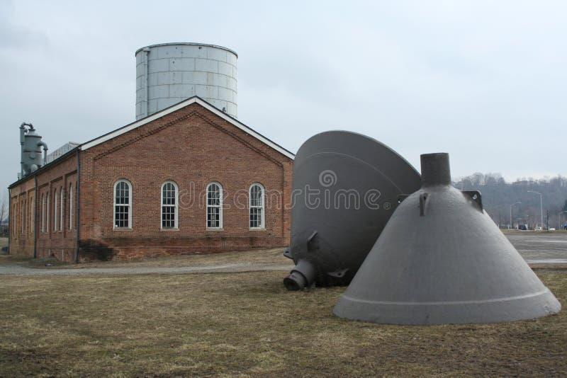 Здание кирпича & сталелитейный завод колоколы стоковые фотографии rf
