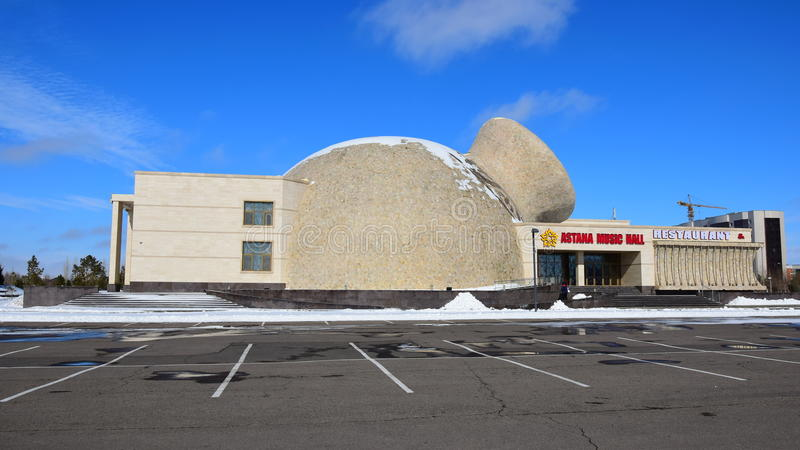Здание КОНЦЕРТНОГО ЗАЛА АСТАНЫ оригинального дизайна в Астане стоковые фотографии rf