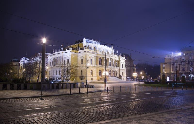Здание концертных залов Rudolfiunum на квадрате января Palach в Праге, чехии (взгляд ночи) стоковое фото