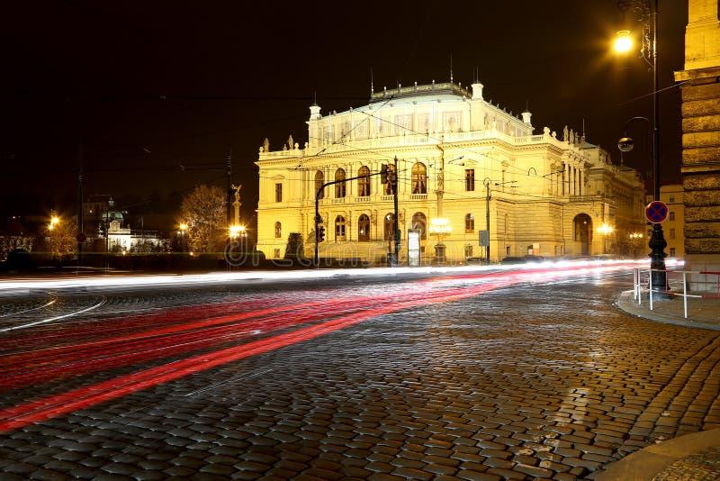 Здание концертных залов Rudolfiunum на квадрате января Palach в Праге, чехии (взгляд ночи) стоковые фото