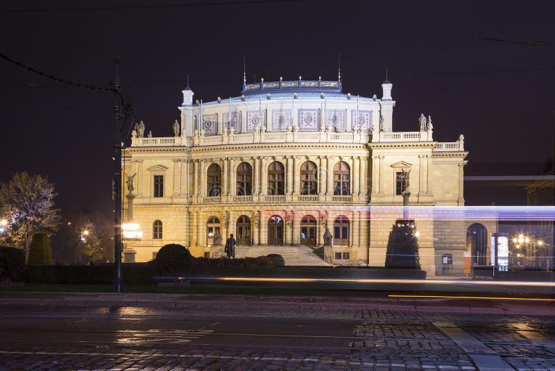 Здание концертных залов Rudolfiunum на квадрате января Palach в Праге, чехии (взгляд ночи) стоковое фото rf