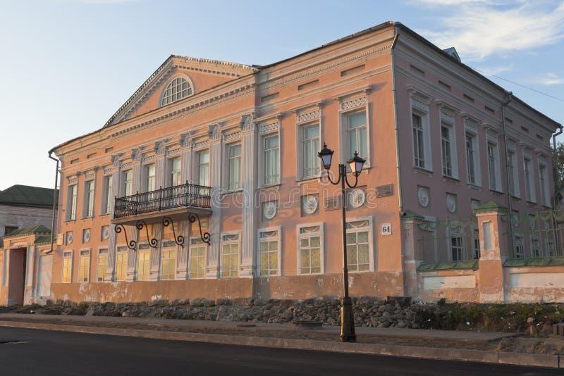 Здание музея истории и культуры Veliky Ustyug бывший дом купца Grigory Vasilievich Usov в лучах стоковая фотография rf