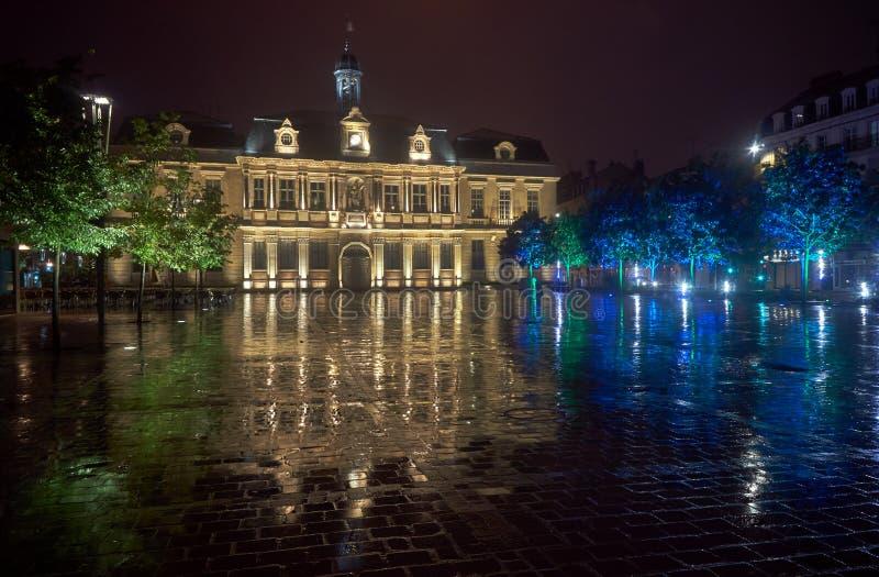 Здание муниципалитет в дожде на ноче в Труа стоковые изображения