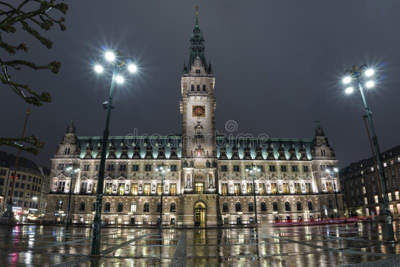 Здание муниципалитет Гамбурга на ноче стоковые фотографии rf