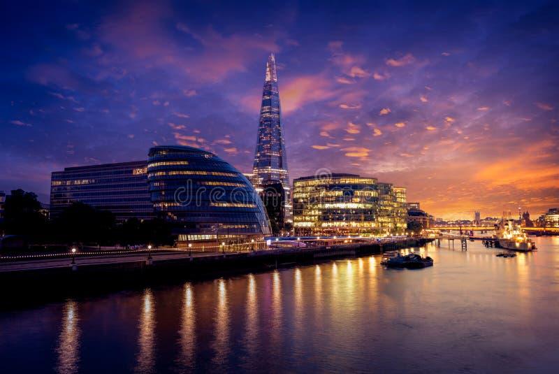 Здание муниципалитет и черепок захода солнца горизонта Лондона стоковое изображение rf
